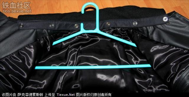 右边内口袋   衣服里面下部的里衬   肩部,以及肩章的安装方式   左边图片
