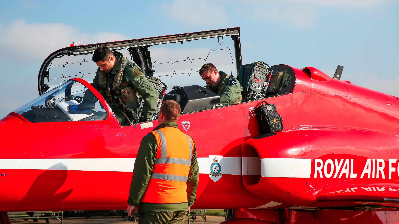 """空中的红衣绅士——英国皇家空军""""红箭""""飞行表演队空勤人员装备"""