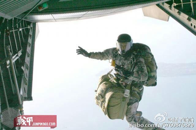 GCP精通伞降作战,吴鑫磊拍摄的战友出机舱瞬间