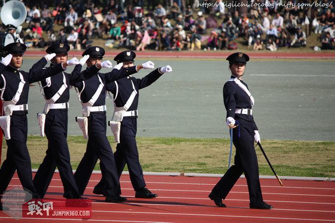 分列式中领队的防卫大学女生.jpg