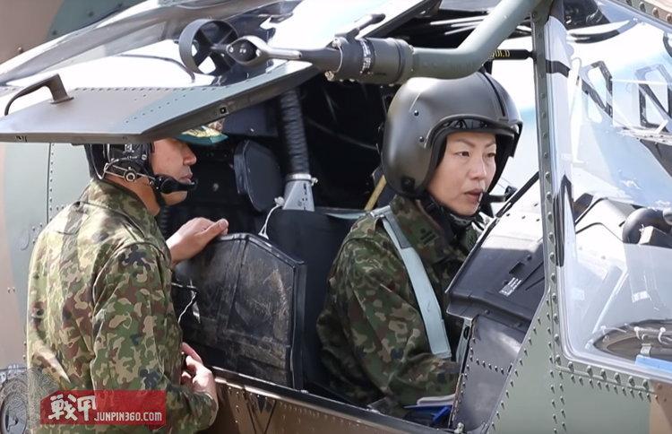 驾驶AH-1S的女性自卫官.jpg
