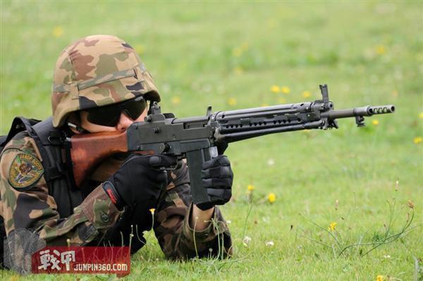 身穿旧款空自迷彩的自卫官在使用64式自动步枪.jpg