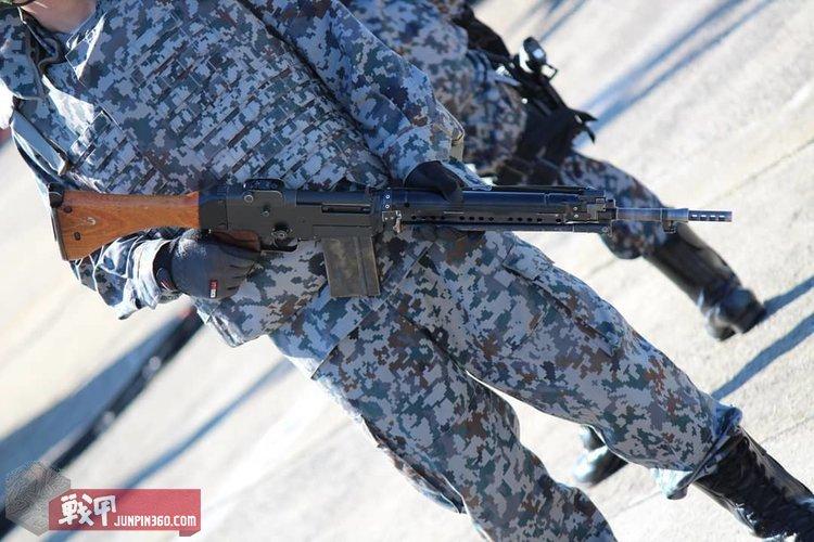 空自目前仍在使用该款步枪,注意这位自卫官的空自迷彩是最新式的.jpg