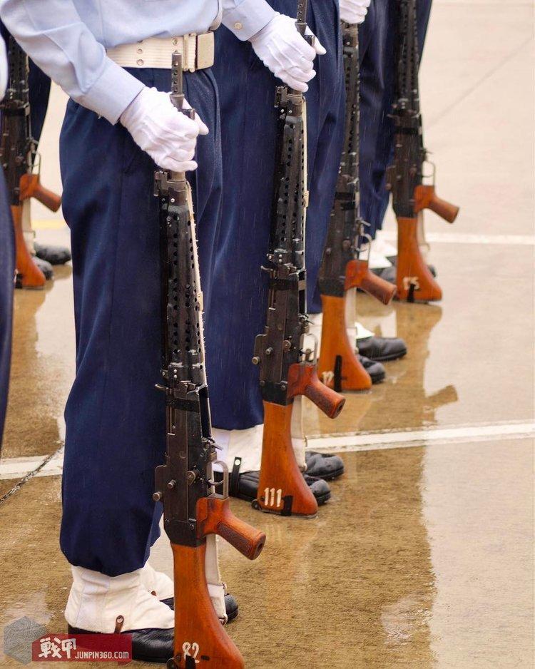 航空学校的学生手持64式自动步枪,学校与仪仗是该枪目前使用最多地方.jpg