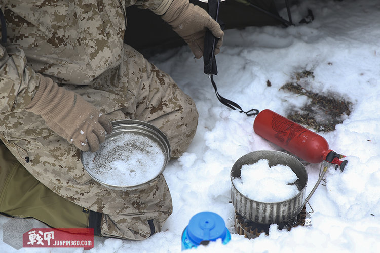 Cold-weather-survival-winter-gear-ice-snow-food-MRE-stove-8.jpg
