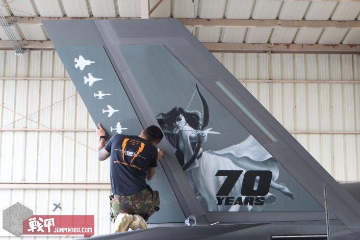 8 垂尾上是该中队的象征狩猎女神以及服役过的历代战斗机剪影.jpg