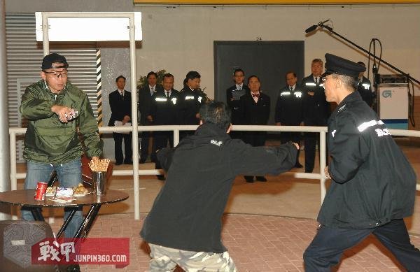 8 曾蔭權參觀戰術訓練大樓.JPG