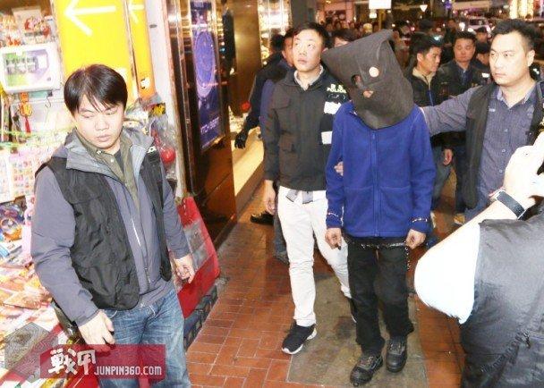 2 香港警察带领犯罪嫌疑人指认现场.jpg