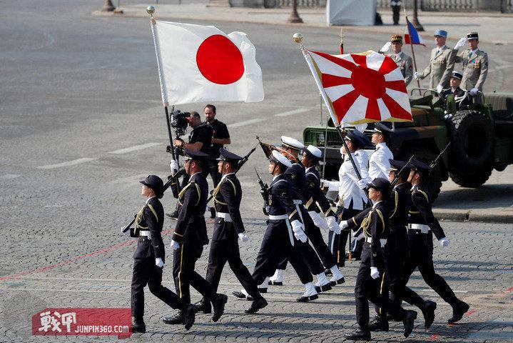 3 2018年7月14日的法国国庆日阅兵上,日本与新加坡是主宾国,陆自旗队打出了自己的队旗.jpg