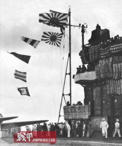 8 旧海军航母上悬挂的军舰旗,应当是作为战斗旗帜使用的.jpg