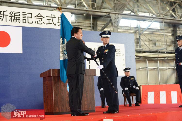 5 航空自卫队第9航空团成立仪式上授与指挥官团司令旗.jpg