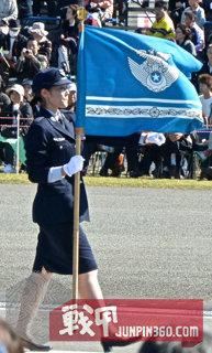 7 分列式上的女性自卫官旗手,旗帜全貌较好的展现了出来.jpg