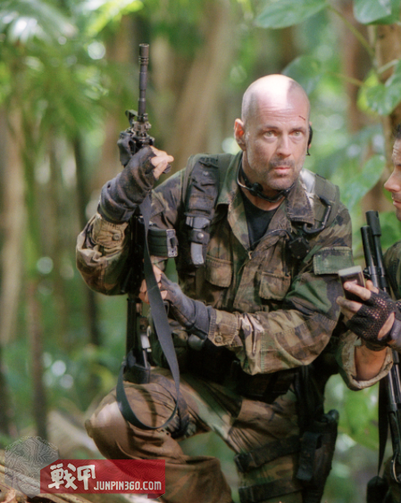 lieutenant_a-k-_waters_bruce_willis_in_tears_of_the_sun_2003[1].png