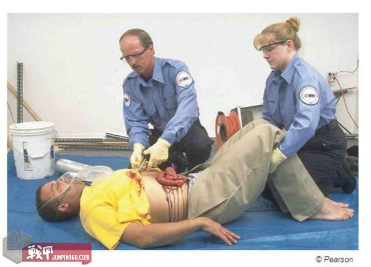3.急救人员处置开放性腹部创伤.jpg