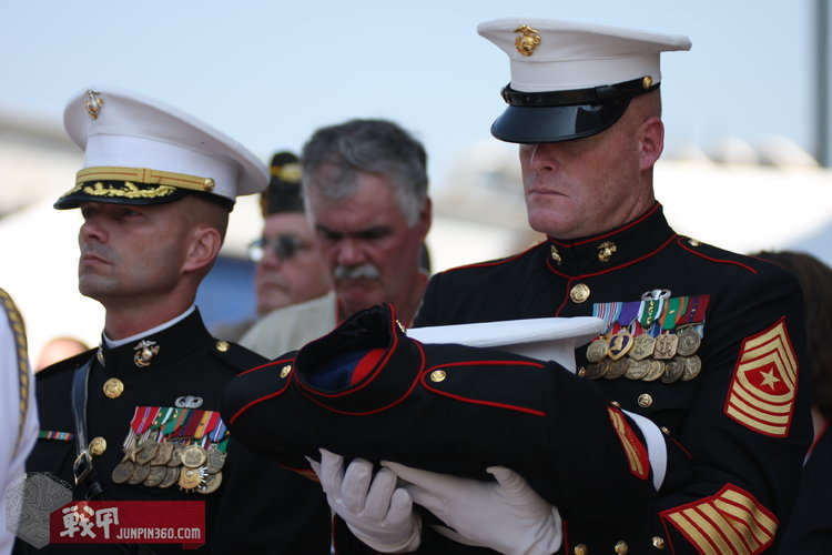 US_Navy_090801-M-3123G-002_Sgt__Major_Michael_Templeton,_right,_holds_the_dress_blue_uniform_of_Cpl__Jason_Dunham.jpg