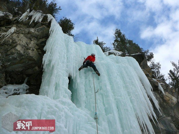 G4OUT.COM-01-Chris-Simrell-climbs-ice-in-the-Mountain-Hardwear-Quasar-made-of-the-Dry-Q-Elite-waterproof-breathable-membrane-and-a-superlight-15-denier-face-fa[1].jpg