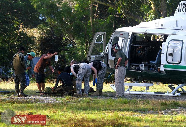 2015年1月26日,在菲律宾马京达瑙省马马萨帕诺镇,一名受伤的菲律宾警察(担架上)等待被运上一架美军直升机。新华社/法新