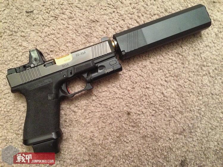 笔者装有朋友消音器的Glock 19
