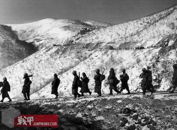 M-51出操! 50年代行走于朝鲜半岛山脉的美军, 能看到有人繫起鱼尾行走