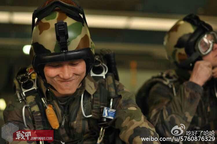 吴鑫磊跳伞前的准备
