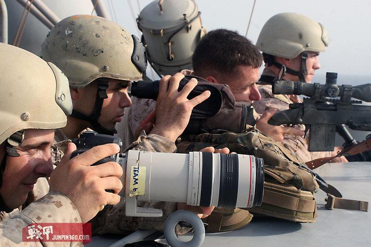 """被部署在CG-59""""普林斯顿""""号导弹巡洋舰甲板上的狙击手,摄影师负责实时拍摄取证"""
