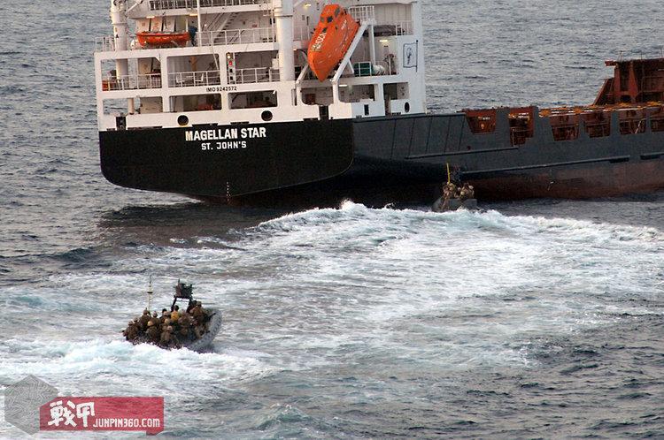 """2010年9月9日上午11点58分,负责登上""""麦哲伦之星""""号货轮的MRF乘坐小艇抵近货轮船尾"""