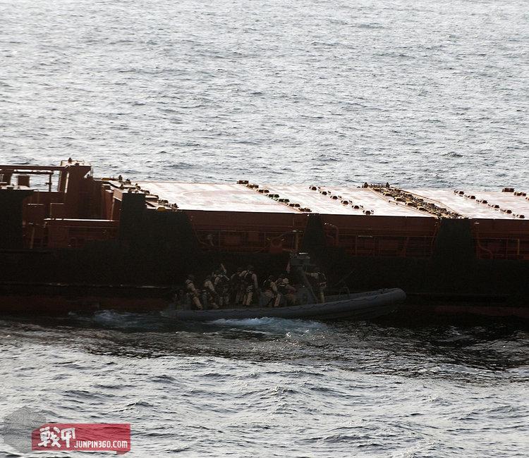 """搭乘小艇的MRF主攻组人员成功与""""麦哲伦之星""""号货轮接舷,准备登舰实施营救。"""