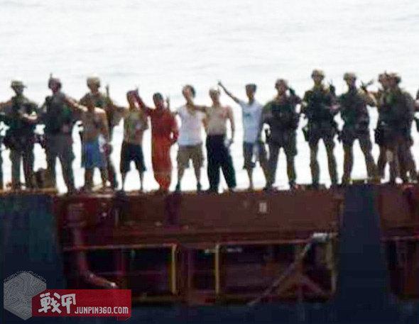 MRF解救到船员后,与其一起聚集在甲板上等待己方救护人员前来接应。