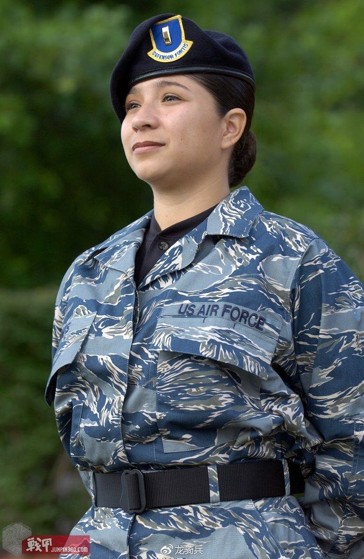 2004年,美国空军开始测试以虎斑图案的蓝色迷彩并配发给部队进行试穿。