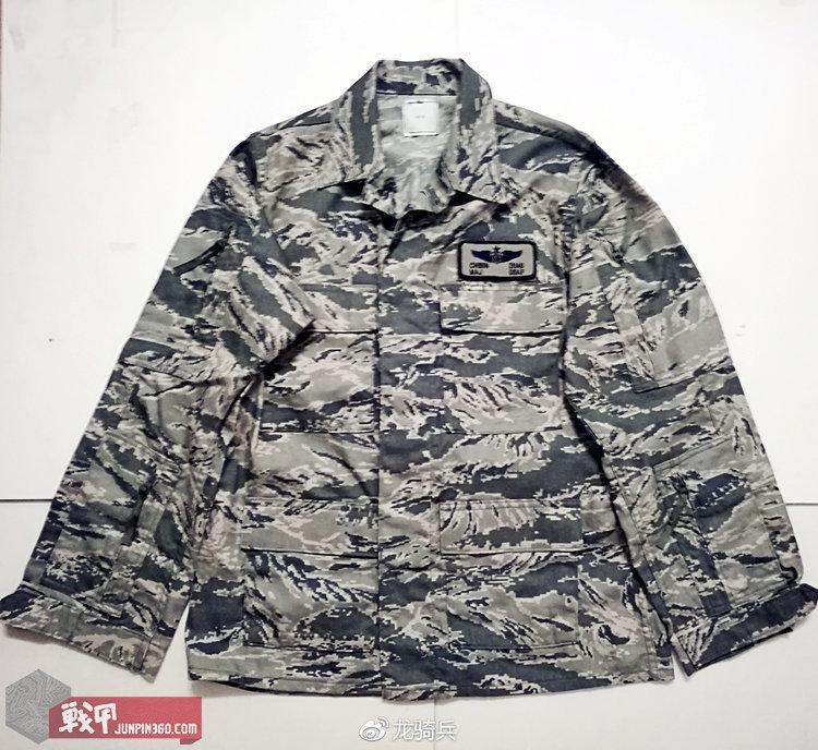 空军战斗套服(ABE)采用防火阻燃面料,配发给空勤人员使用。