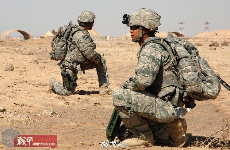 穿着ABU的美国空军机场警卫部队,盔罩和背包则使用了ACU色面料。