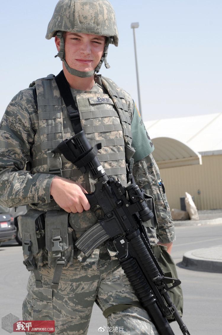 使用陆军ACU迷彩OTV防弹衣,外挂ABU迷彩包具的美国空军宪兵