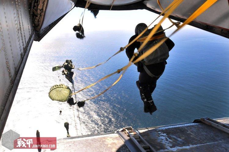 Defense.gov_News_Photo_101208-N-7643B-401_-_U.S._Navy_Explosive_Ordnance_Disposal_technicians_with_Explosive_Ordnance_Disposal_Mobile_Unit_11_Detachment_15_perform_a_static_line_water[1].jpg