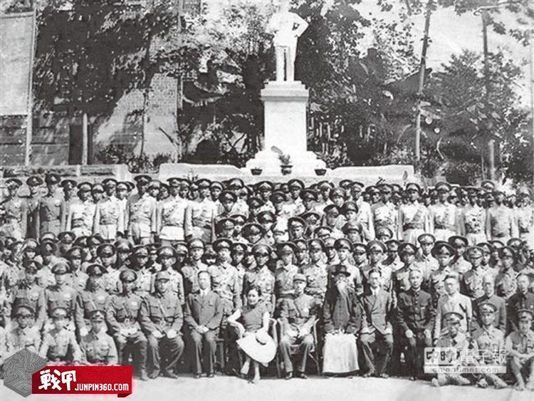 1941年9月28日中央警官學校正科七期在重慶畢業,蔣介石夫婦(前排中)與戴笠、李士珍等人與畢業生及剛落成的銅像合影。.jpg