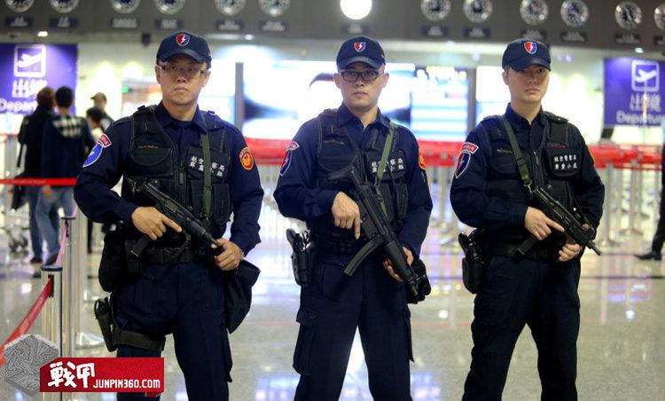 航空警察局霹靂小組幹員持衝鋒槍鎮守桃園機場大廳.jpg