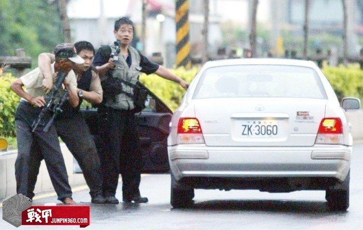 张锡铭及其共犯挟持老农上车(注意其共有两把AR15,并配备了瞄具).jpg