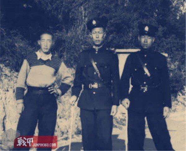 5 1936年12月28日,山东威海卫警察同游人在维多利亚山顶缆车总站夏力道入口处合影。.jpg