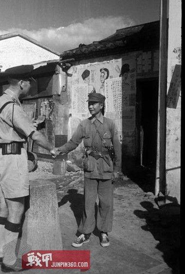 1 50年代时中英街上的解放军与香港警察,注意警察似乎是欧籍.jpg
