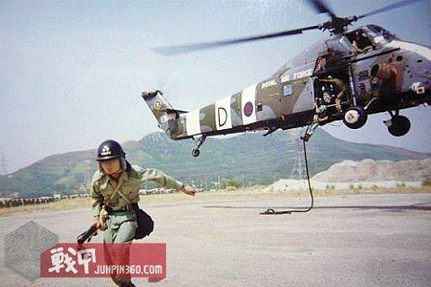 1 与驻港英国皇家空军H-34直升机合练的PTU队员.jpg