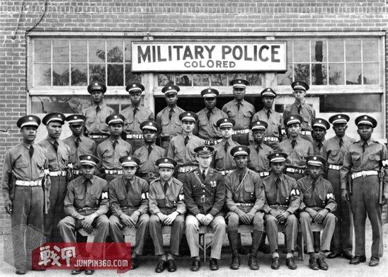 1942年4月在乔治亚州的哥伦布市,陆航宪兵部队集体照,除了军官是白人,大部分士兵是黑人.jpg