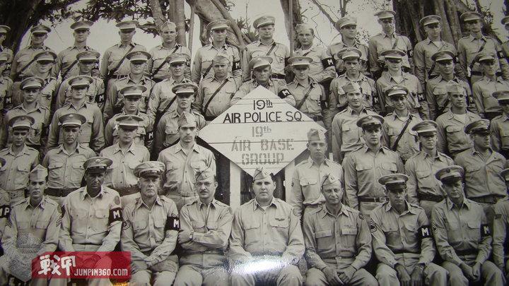 1948年初,在阿肯色州小石城空军基地成立的第19空军宪兵中队。你可以在照片中看到,一些人穿着新的空军军衔,一些人仍然使用旧的陆军军衔。.jpg