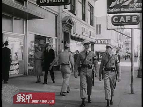 在街道上巡逻的陆航宪兵组.jpg