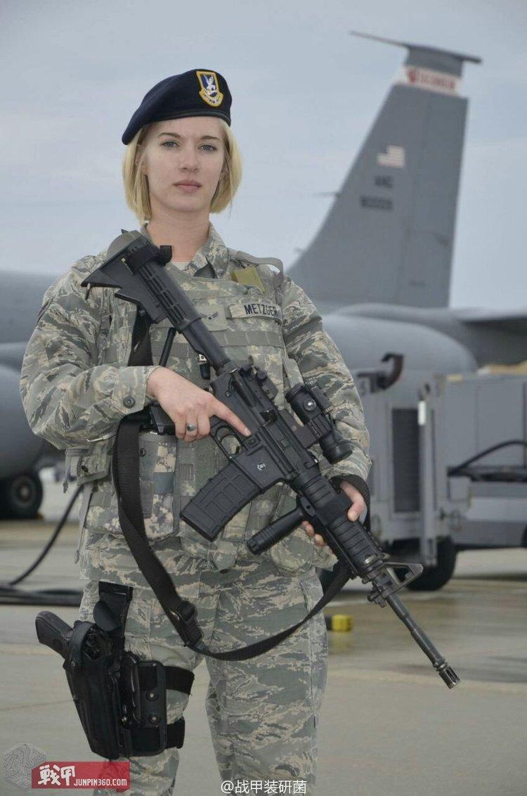 如今在安全部队各个专业中,从士兵到将军都能看到女性军人的身影,成为空军一道亮丽的风景线.jpg