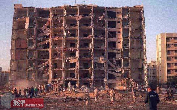 被汽车炸弹攻击后的霍巴塔军营大楼正面.jpg
