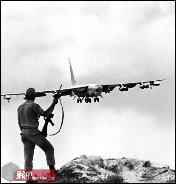 在一名安保宪兵的注视下,一架B-52轰炸机即将降落在关岛安德森空军基地.jpg