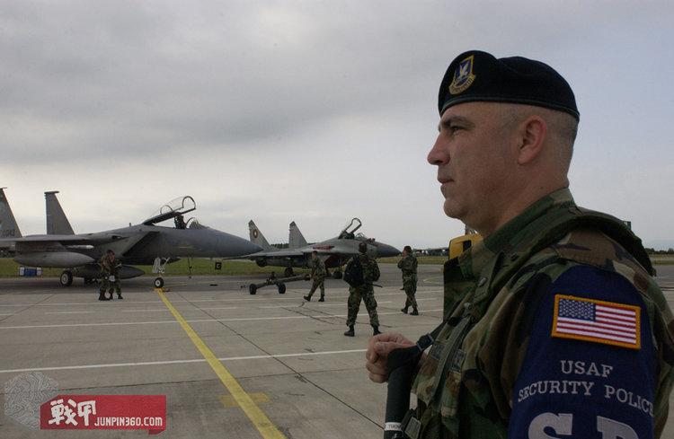 俄勒冈州空军国民警卫队金斯利菲尔德基的一名第173安全中队的士兵守卫着战机,从佩戴的SP袖套可以看出照片摄于1997年以前.jpg