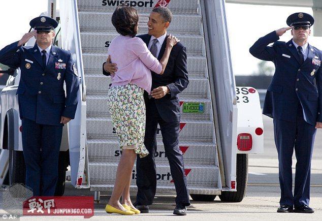 守卫舷梯的两名安保士兵在向奥巴马总统敬礼.jpg