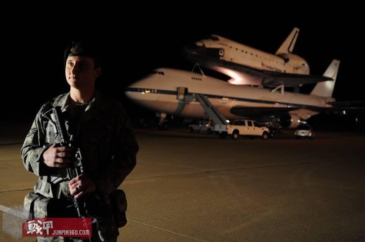 在夜幕下的范登堡空军基地,第30安全中队士兵守卫着航天飞机.jpg