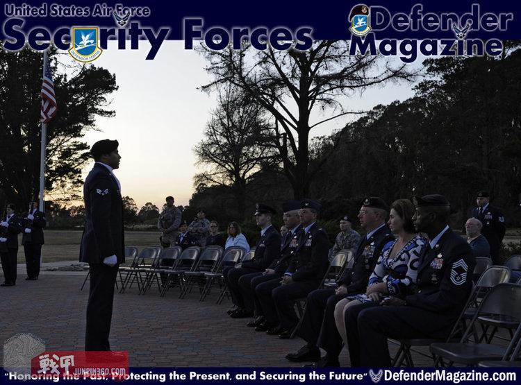 5月15日,在加州范登堡空军基地,宾客们聚集在一起,进行24小时的守夜和蜡烛照明仪式。作为国家警察周的一部分,在第30安全部队中队的飞行员们在守夜时缅怀他们阵亡的战友。.jpg