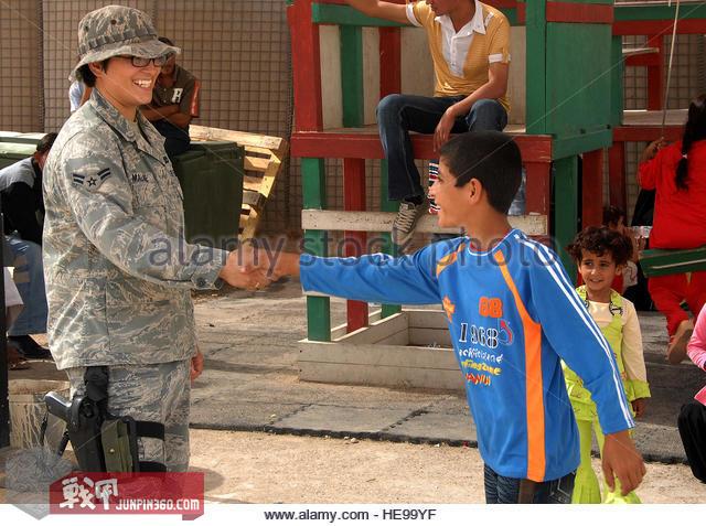 伊拉克布卡营地空军一等兵玛蒂娜马龙试图与当地居民保持良好关系.jpg